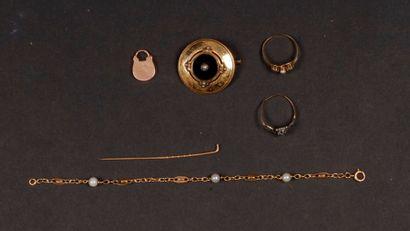 Un lot de bijoux en or comprenant : une broche...