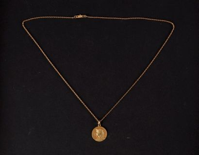 Une chaine avec un médaillle de communion....