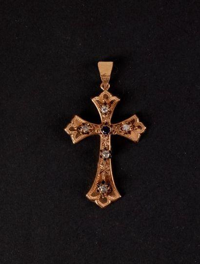 Pendentif croix en or rose et pierres. Poids...