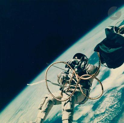 NASA - James A. McDivitt Gemini 4, 3 juin 1965. Edward White durant la première...