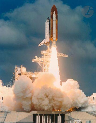 NASA Décollages des navettes spatiales Atlantis et Endeavour, 1992-1996. Trois (3)...