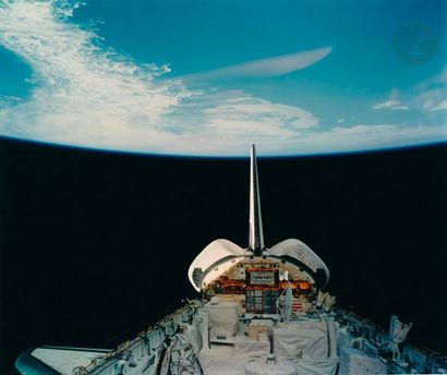 NASA Mission STS-51 Discovery, 8-17 avril 1993. Sortie extravéhiculaire de James...