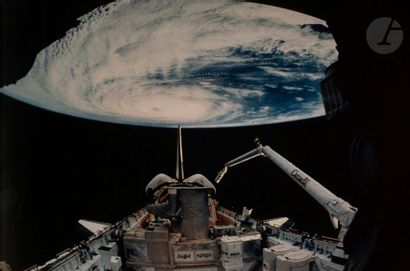 NASA Mission STS-51 Discovery, 8-17 avril 1993. Vue de la Terre. Le cyclone Kenneth...