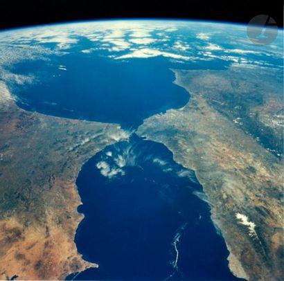 NASA Mission STS 77 Endeavour, 19-29 mai 1996. Vue de la Terre. Détroit de Gilbraltar....