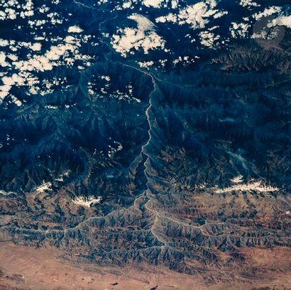 NASA Mission STS-94 Columbia, 1997. Vue de la Terre. Rio de La Paz, Andes, Bolivie....