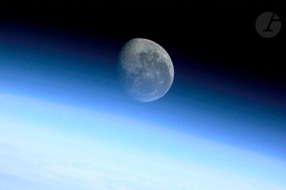 NASA Station Spatiale Internationale, 8 août 2001. Vue de la Lune depuis l'orbite...