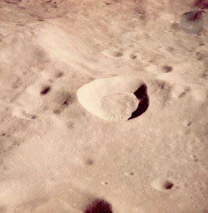 NASA Apollo 10, 15 juin 1969. Cratère lunaire....