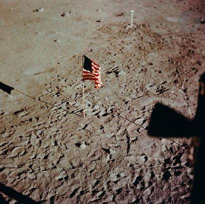 NASA Apollo 11, 20 juillet 1969. Le drapeau...