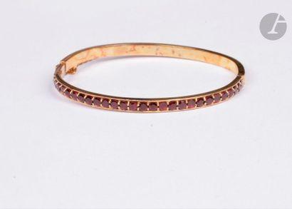 Bracelet ouvrant en or 18K (750), à moitié...
