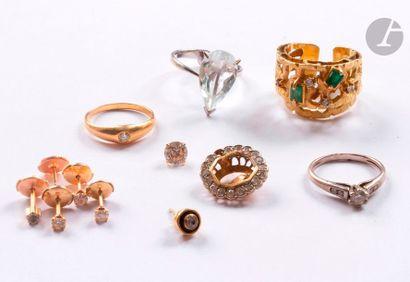 Lot de bijoux (4 bagues et 2 paires de puces d'oreilles) et bris d'or 18K (750)...