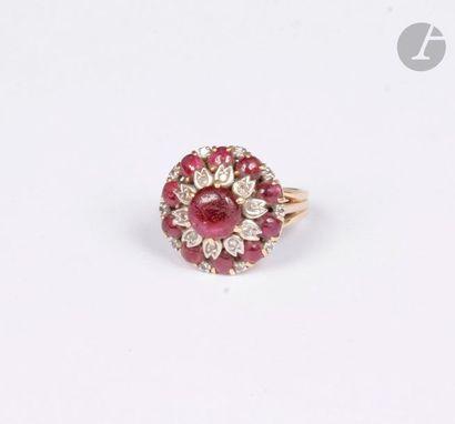 Bague en or jaune 18K (750), sertie d'un rubis cabochon entouré de diamants ronds...