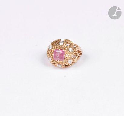 Bague en fils d'or jaune 18K (750) lisse et cordé, sertie d'un saphir rose coussin,...