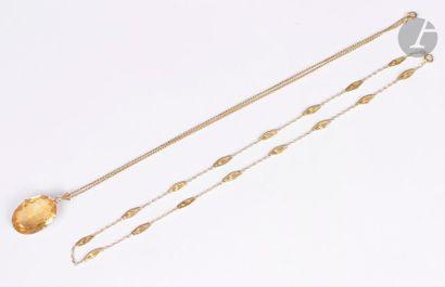 Lot de deux bijoux en or 18K (750) : un pendentif de forme ovale serti d'une citrine,...