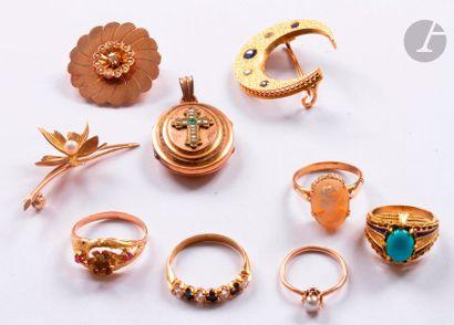 Lot de bijoux en or 18K (750) : 5 bagues dont une sertie d'une turquoise cabochon,...