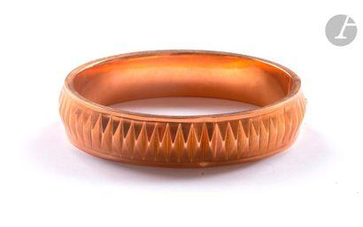 Bracelet ouvrant en or rose 18K (750) à décor caréné. Travail français. Longueur...
