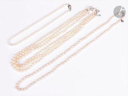 Suite de 3 colliers de perles de culture:...