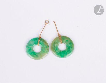 Suite de deux bi en jade montés en or. Diamètre : 2,5 cm environ. Poids brut : 7,4...