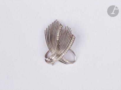 Broche gerbe en fils d'or gris 18K (750), agrémentée de diamants de taille brillant...