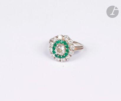 Bague en or gris 18K (750), ornée d'un diamant de taille ancienne couronné de pierres...