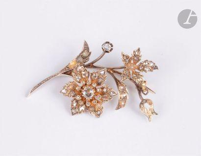 Broche en argent et en or 18K (750) dessinant une fleur, sertie de diamants taillés...