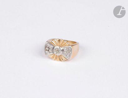 Bague en or jaune 18K (750), ornée d'un diamant de taille ancienne serti dans un...