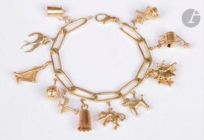 Bracelet en or 18K (750), orné de 11 charms en or jaune 18K en pampilles : un moulin...