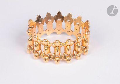 Bracelet ouvrant en or jaune 18K (750) composé de maillons allongés accolés. Travail...