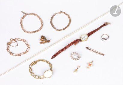Lot de bijoux fantaisie comprenant : 3 broches, 2 pendentifs, une bague, un collier...