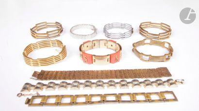Lot de neuf bracelets en métal dont l'un...