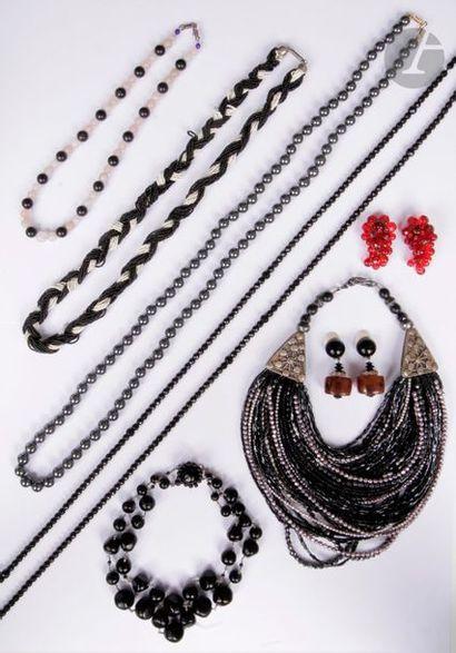 Lot de bijoux fantaisie comprenant : une...