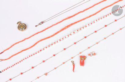 Ensemble de bijoux en corail monté en métal...