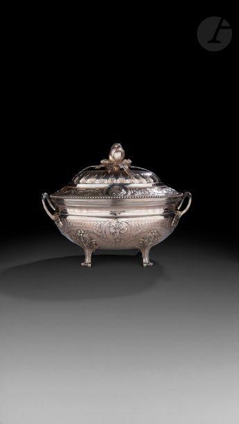 PARIS 1786 Soupière en argent et sa doublure...