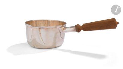 Deux casseroles en argent, les anses en bois...