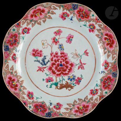 Chine Plat rond à bord contourné en porcelaine...