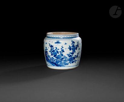 Chine Petite jarre cylindrique en porcelaine...