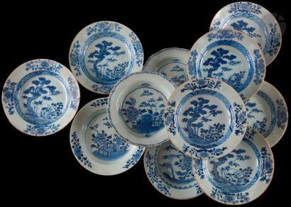 Chine Onze assiettes à potage en porcelaine...