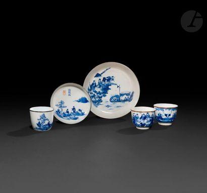 Chine Trois bols et deux soucoupes à décor...
