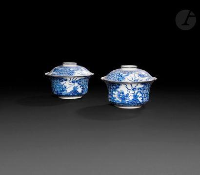Chine Paire de bols couverts en porcelaine...