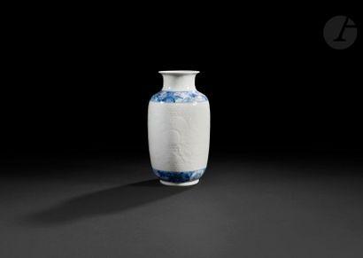 Chine Vase oblong en porcelaine à décor en...