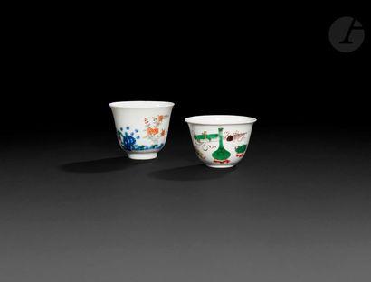 Chine Deux bols en porcelaine, l'un à décor...