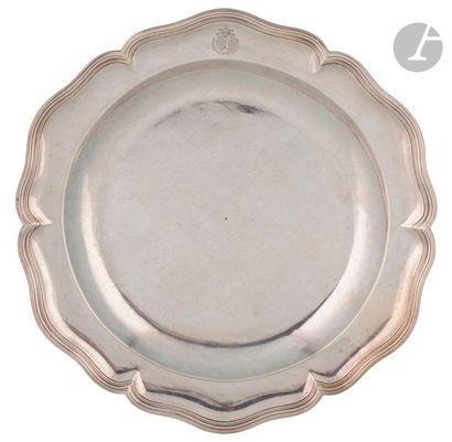 PARIS 1747 - 1748 Grand plat en argent à...