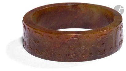 CHINE - De style MING Deux bracelets en néphrite rouille à décor sculpté en léger...