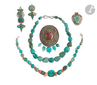 TIBET - XXe siècle Ensemble comprenant deux colliers en turquoise et corail rouge,...