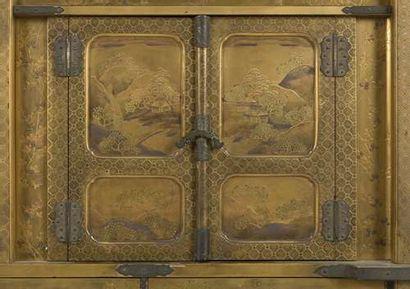 JAPON - XIXe siècle Cabinet en laque or ouvrant à deux battants, cinq tiroirs et...
