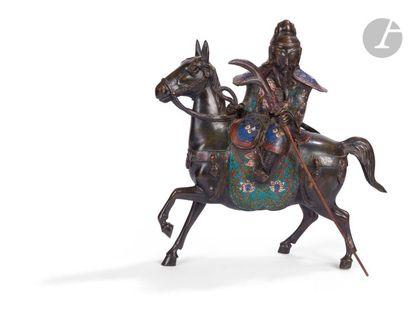 JAPON - Vers 1900 Groupe en bronze à patine brune et émaux cloisonnés polychromes,...