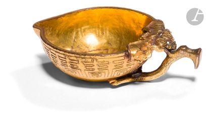 CHINE - Début XIXe siècle Petite coupelle en forme de pêche de longévité en bronze...