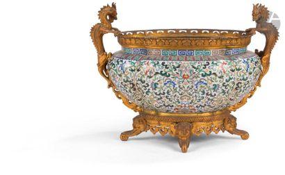 CHINE - Fin XIXe siècle Jardinière pansue polylobée en bronze et émaux cloisonnés...