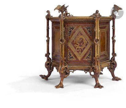 Dans le goût chinois - Vers 1900 Cache-pot hexagonale en bronze à décor de panneaux...