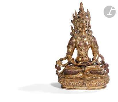 NéPAL - XVIIe siècle Statuette d'Amitayus en bronze doré, assis en vajrasana sur...