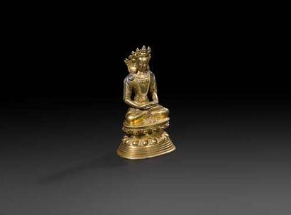 TRAVAIL SINO-TIBéTAIN - XVIIIe siècle Statuette d'Amitayus en bronze doré assis...